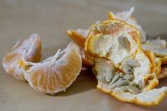 Smakowita dojrzała obrana mandarynka na drewnianym stole Tangerine w kawałku obraz stock