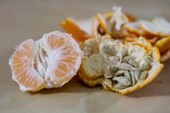 Smakowita dojrzała obrana mandarynka na drewnianym stole Tangerine w kawałku fotografia royalty free