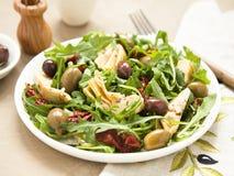 Smakowita jarska sałatka z karczochem, rakietą, suszącymi pomidorami i oliwkami, Obraz Royalty Free