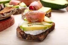 Smakowita kanapka z avocado i ryba Zdjęcia Royalty Free