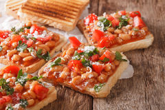 Smakowita kanapka z białymi fasolami, pomidorami, serem i ziele clos, Zdjęcie Royalty Free