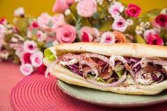 Smakowita kolorowa kanapka z francuską babeczką obrazy royalty free