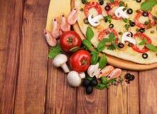 Smakowita Najwyższa pizza zdjęcia stock