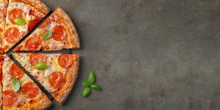 Smakowita pepperoni pizza z basilem na brązu betonu tle Odgórny widok gorąca pepperoni pizza Z kopii przestrzenią dla teksta Mies zdjęcia stock