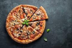 Smakowita pepperoni pizza z pieczarkami i oliwkami zdjęcie stock