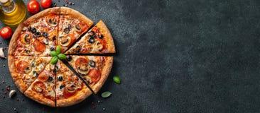 Smakowita pepperoni pizza z pieczarkami i oliwkami zdjęcia stock