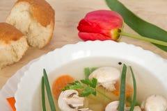 Smakowita pieczarkowa polewka, plasterki chleb i czerwień tulipan, Fotografia Royalty Free
