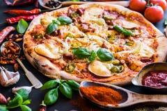 Smakowita pizza na czarnym tle zdjęcie stock