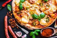 Smakowita pizza na czerni fotografia royalty free