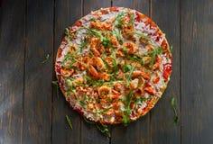 Smakowita pizza z garnelą i arugula na drewnianym stole Odgórny widok obrazy stock