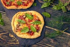 Smakowita pizza z warzywami i basilem zdjęcia royalty free