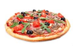 Smakowita, przyprawiona pizza odizolowywająca na białym tle, zdjęcie royalty free