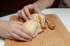 Smakowita pszeniczna rolka na kuchennym stole Narządzanie gość restauracji z fre obraz royalty free