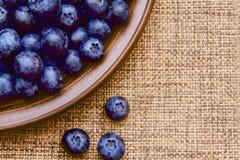 Smakowita soczysta czarna jagoda w glinianym talerzu obraz stock