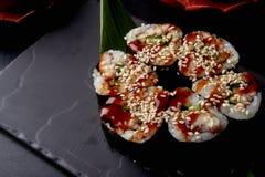 Smakowita suszi rolka na czerń kamienia półkowym, chińskim sause z i Chińczyk Cousine obrazy stock