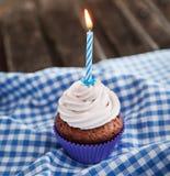 Smakowita urodzinowa babeczka z świeczką Zdjęcie Stock