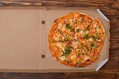 Smakowita Włoska pizza w pudełku na drewnianym stole Dostawa pizza Odgórny widok kosmos kopii obrazy stock