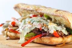 Smakowita wołowina stku kanapka z cebulami, pieczarką i rozciekłym provolone serem, Obrazy Royalty Free