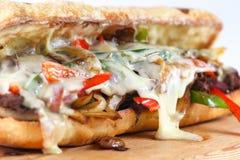 Smakowita wołowina stku kanapka z cebulami, pieczarką i rozciekłym provolone serem, Zdjęcie Stock