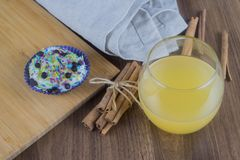 Smakowite babeczki na drewnianym stole zdjęcie stock