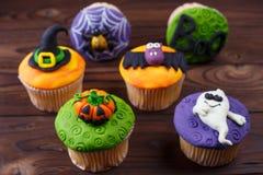 Smakowite domowej roboty Halloweenowe babeczki ustawiać z dekoracjami robić c zdjęcia stock