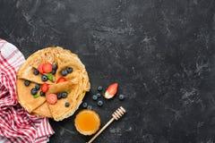Smakowite domowej roboty krepy z miodem i jagodami obrazy royalty free