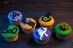 Smakowite Halloweenowe babeczki ustawiać z kolorowymi dekoracjami robić c zdjęcie stock
