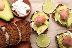 Smakowite kanapki z avocado i ryba Obrazy Stock