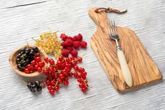 Smakowite lato owoc na drewnianym stole malinki Fotografia Royalty Free