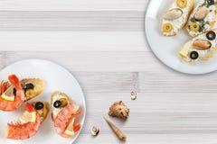 Smakowite różnorodne włoch kanapki z owoce morza obraz stock