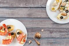Smakowite różnorodne włoch kanapki z owoce morza zdjęcie stock