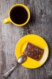Smakowitego czekoladowego gofra tortowa i żółta filiżanka kawy na starym drewnie Obrazy Royalty Free