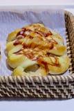 Smakowitej pizzy polewy pomidorów kiełbasiany kumberland w koszu dla bubla Zdjęcia Stock