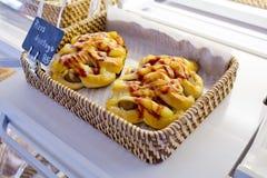Smakowitej pizzy polewy pomidorów kiełbasiany kumberland w koszu z imieniem a Fotografia Royalty Free