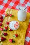 Smakowity śniadanie, świeży mleko w szklanej butelce, smakowity jogurt i mnóstwo truskawki, wokoło fotografia stock