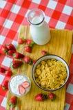 Smakowity śniadanie, świeży mleko w szklanej butelce, zboża z miodem i dokrętki w, zielonym ceramicznym pucharze i smakowitym jog obraz royalty free