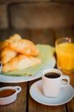 Smakowity śniadanie: kawa z croissants, sokiem pomarańczowym i dżemem na w, Obraz Stock