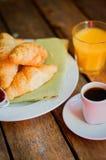 Smakowity śniadanie: kawa z croissants, sokiem pomarańczowym i dżemem na w, Fotografia Royalty Free
