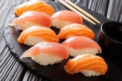 Smakowity żywienioniowy suszi z łososiem i tuńczykiem, soja kumberlandu zakończenie dalej obraz stock