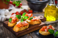 Smakowity bruschetta z pomidorem, basil, parmesan, oliwa z oliwek obrazy royalty free