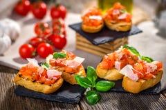 Smakowity bruschetta z pomidorem, basil, parmesan, oliwa z oliwek zdjęcia royalty free