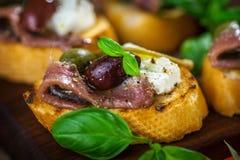 Smakowity bruschetta z sardelą, kapar, oliwa z oliwek zdjęcia royalty free