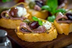Smakowity bruschetta z sardelą, kapar, oliwa z oliwek zdjęcie stock