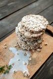 smakowity crispbread na drewnianym tło stole, rozlewającym mleku i kruszkach, Obrazy Royalty Free