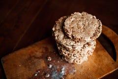 smakowity crispbread na drewnianym tło stole, rozlewającym mleku i kruszkach, Obraz Royalty Free