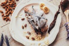 Smakowity croissant z czekoladą na talerzu na białym drewnianym tle Fotografia Stock