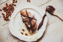 Smakowity croissant z czekoladą na talerzu na białym drewnianym tle obrazy stock