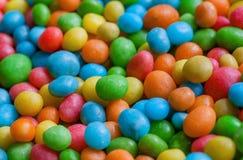Smakowity cukierek dekoraci tło Rozsypisko kolorów cukierki dla dzieci z małą zielenią, kolor żółty, błękitni cukierki Zdjęcia Royalty Free