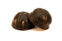 Smakowity czekoladowy cukierki, praline deserowy makro- lub zamknięty up odizolowywający na bielu, zdjęcie stock