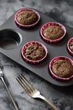 Smakowity domowej roboty ciasto Czekoladowi słodka bułeczka w wypiekowej cynie na ciemnym tle fotografia royalty free